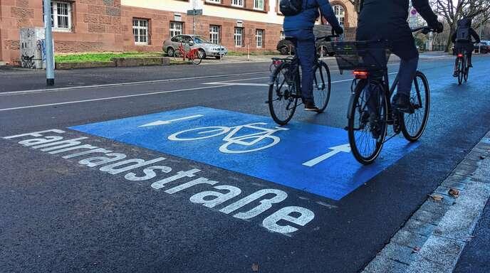 Die Stadt Offenburg möchte in diesem Jahr die ersten Fahrradstraßen einrichten. Das Foto zeigt ein Beispiel aus Freiburg.