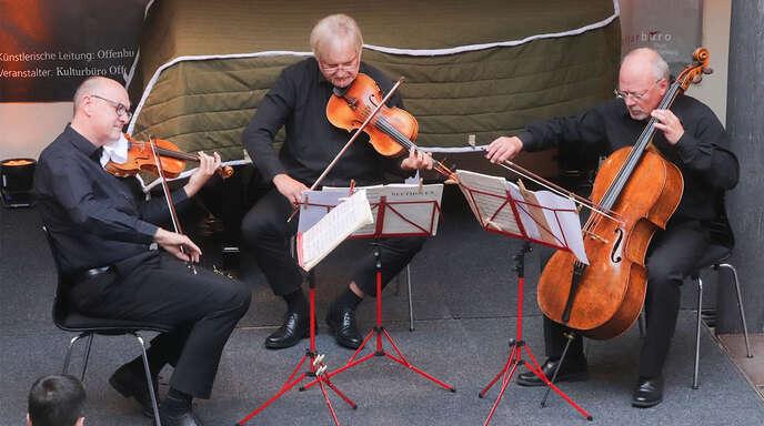 Das Offenburger Streichtrio – Frank Schilli, Rolf Schilli und Martin Merker – bei den Kreuzgangkonzerten im Sommer 2020.