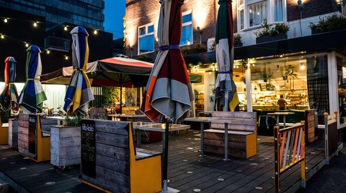 Eine geschlossene Bar in Eindhoven – so leer sieht es zur Zeit in vielen Lokalen aus. Manche Wirte sind der Pandemie überdrüssig geworden und widersetzen sich den Lockdown-Auflagen.