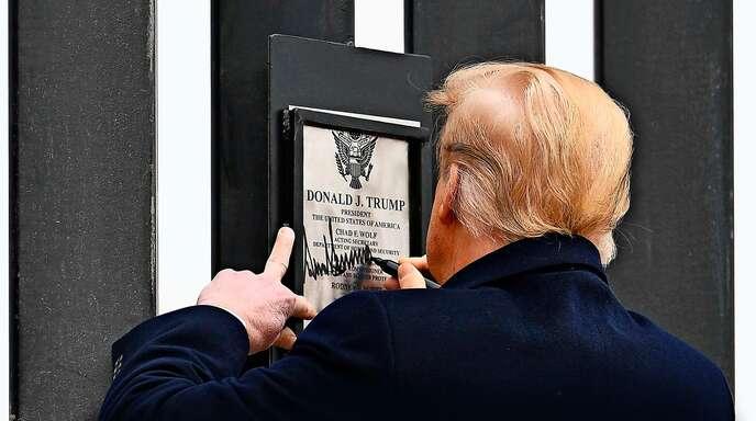 Für Donald Trump wird es eng. Hier signiert er ein Stück der Grenzmauer in Alamo/Texas.
