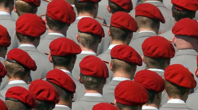 Bundeswehrsoldaten – Langhaarschnitte schauen unter den Mützen keine hervor. (Archivbild)