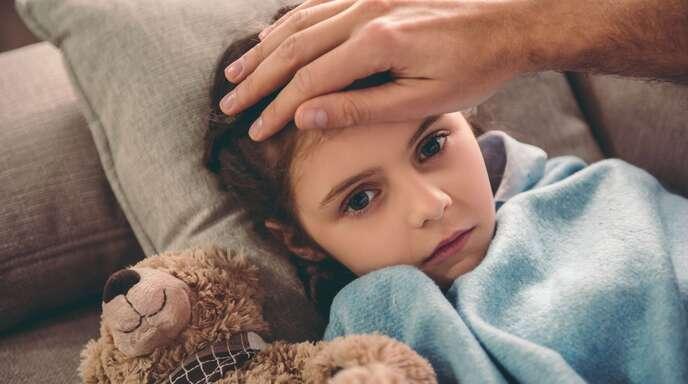 Das Kind ist krank, die Schule ist geschlossen: Doch was ist mit einem Lohnausgleich, wenn die Eltern zuhause bleiben und das Kind betreuen müssen?