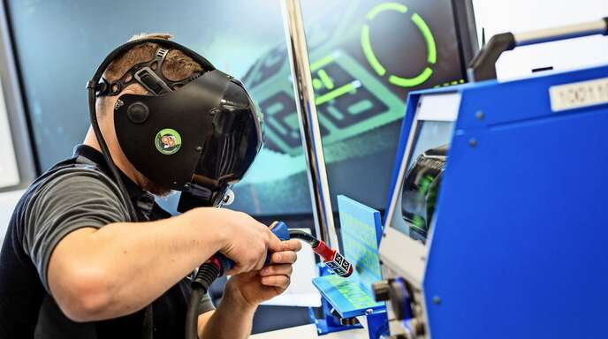 Daimler betreibt in seinem Ausbildungszentrum in Esslingen eine digitale Industrie-4.0-Anlage. Hier können Azubis zum Beispiel an einer virtuellen Schweißmaschine arbeiten.