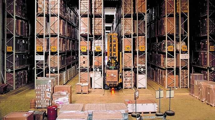 Im modernen Hochregallager und im Blocklager wartet die Ware auf den Weitertransport.