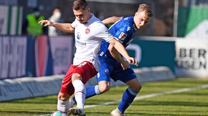 Der Karlsruher Marco Thiede (r.) und der Nürnberger Nikola Dovedan kämpfen um den Ball.