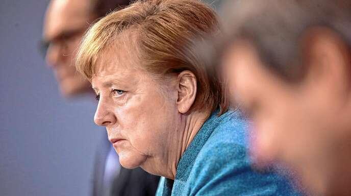 Auf der Pressekonferenz nach dem jüngsten Impfgipfel: Bundeskanzlerin Angela Merkel (CDU) sitzt zwischen Michael Müller (SPD, links), Regierender Bürgermeister von Berlin, und Markus Söder, Ministerpräsident von Bayern und Vorsitzender der CSU, auf einer Pressekonferenz.