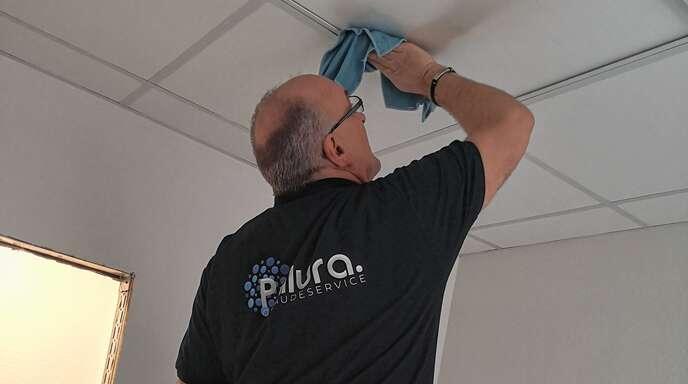 Fenster, Boden Decke: Die Reinigungsprofis arbeiten zügig und effektiv.