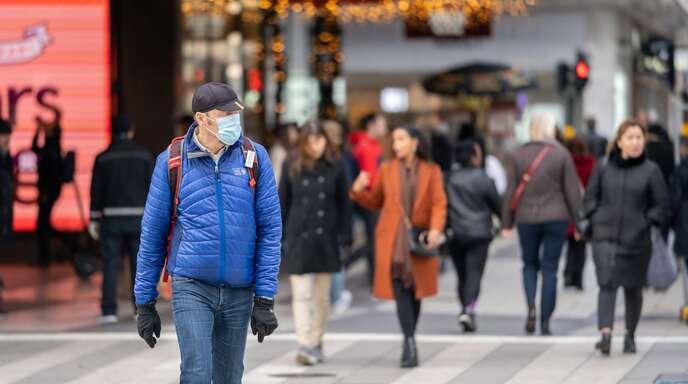 Ein Mann in der Stockholmer Innenstadt. Schweden geht in der Coronakrise noch immer einen Sonderweg.