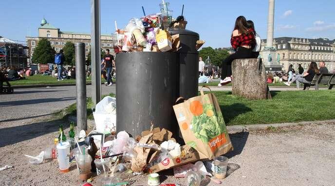Die Mülleimer quellen über mit Einweg-Verpackungen.