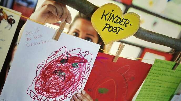 """Kinder in einer Kita malen das """"böse Coronavirus""""."""