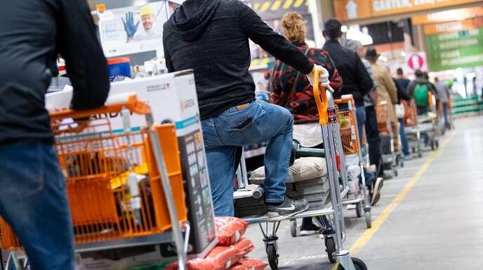 Das Foto zeigt einen Baumarkt in München, bevor diese in dem Freistaat schließen mussten. (Archivbild)