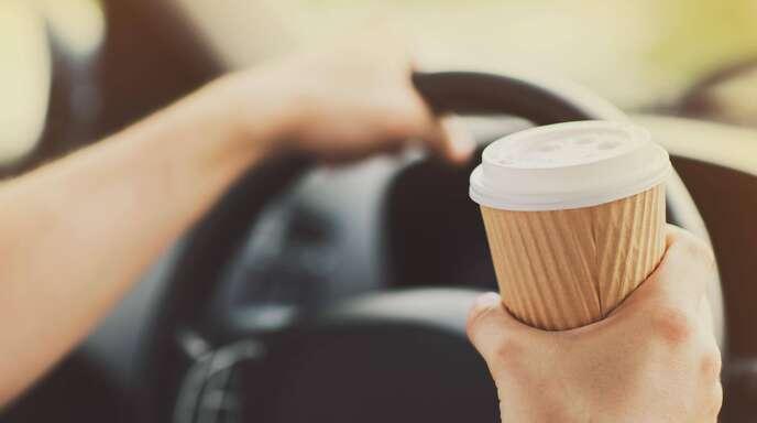 Ein Schluck Kaffee ist einem 50-Jährigen auf der A81 zum Verhängnis geworden. (Symbolbild)