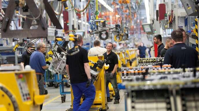 Motoren für schwere Fahrzeuge wie den OM 471 (im Bild die Fertigung) will Daimler Truck weiterhin in Mannheim herstellen. Cummins soll die Produktion der mittelschweren Motoren übernehmen.
