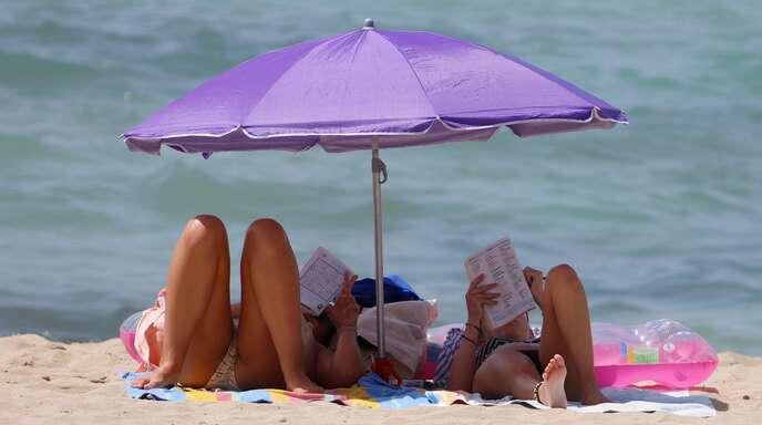 Wie gerne würde man mal wieder entspannt am Strand liegen. Viele Urlauber hoffen, dass im Sommer Reisen wieder uneingeschränkt möglich sein werden.