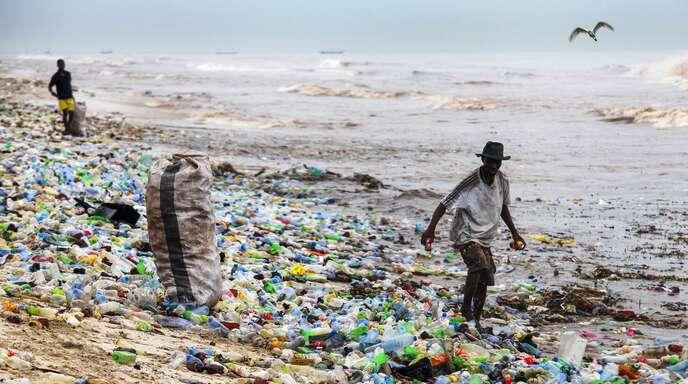 Bilder, die empören Plastikflaschen und- tüten verschmutzen Strände auf der ganzen Welt – hier in Ghana.
