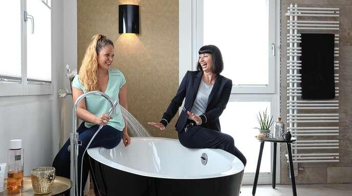 Projektleiterin Vanessa Kranz und Geschäftsführerin Birgit Besmehn-Heringer machen aus jedem Badezimmer eine Wellnessoase.