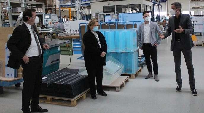CDU-Spitzenkandidatin Susanne Eisenmann (Zweite von links) besuchte mit dem Landtagsabgeordneten Volker Schebesta (links) Kunststoff-Schäfer in Ortenberg. Joachim Schäfer (rechts) und sein Geschäftsführer Martin Dreier stellten das Unternehmen vor.