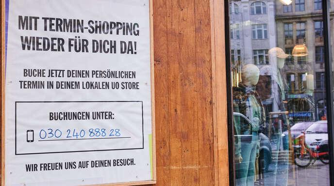 Statt direkt ins Geschäft zu gehen, müssen die Kunden beim Terminshopping – oben ein Symbolfoto aus Berlin – zunächst kurz anrufen oder ein Formular ausfüllen, bevor sie shoppen gehen können.