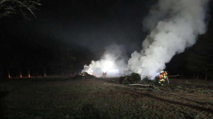 Am gestrigen Abend wurde die Feuerwehr Steinach um 20.40 Uhr zu einem Flächenbrand alarmiert. Beim Eintreffen der Feuerwehr in Welschensteinach oberhalb des Gewanns Elmig ( Allmendweg) brannten 2 große Reisigfeuer.