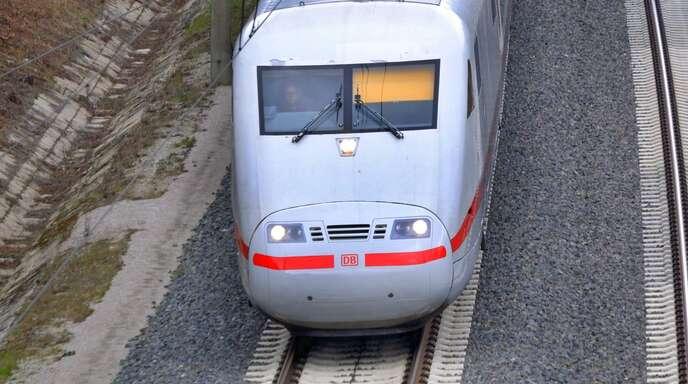 Ein ICE der Deutschen Bahn – das Unternehmen hat 2020 hohe Verluste eingefahren. (Archivbild)
