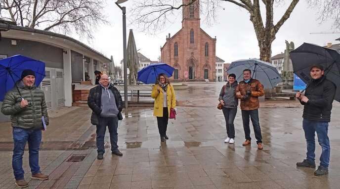 Volker Lorenz von der Kehl Marketing (links) und Wirtschaftsförderin Fiona Härtel (Mitte) mit den zukünftigen Betreibern des Imbissstands (von links): Thomas Kleinken, Tibor Nagy und Christian Baumann.