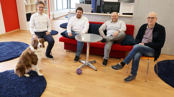 Von links: Bürohund Barney, Geschäftsführer Hendrik Hagenow-Paul, die Techniker Christian Faller und Raimond Kieß und Christian Winter, Leiter Marketing der Regiotec Education.