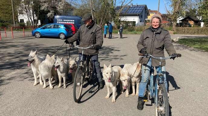 Viele Menschen hat das gute Wetter am Ostersonntag raus in die Natur gelockt: Haribert und Claudia Freitag mit ihren weißen Schäferhunden.