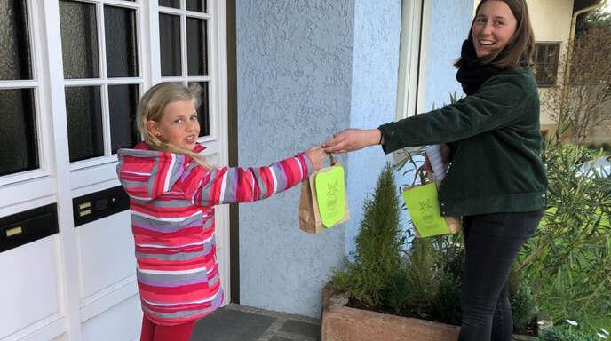 Alisa Fischer vom Vorstandsteam der Bläserjugend des Musikvereins Ortenberg überreicht Theresia von den Blockflöten-Kindern einen besonderen Ostergruß.