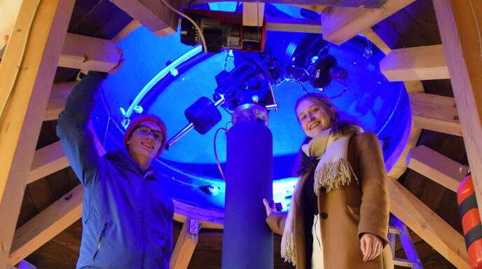 Fanny Marie Freiin von Schauenburg (rechts) kümmert sich seit Beginn des Projektes um Kontakte und mögliche Schulungen, die in Zukunft in der Sternwarte stattfinden sollen. Elias Baumann (links) ist für die Technik zuständig.