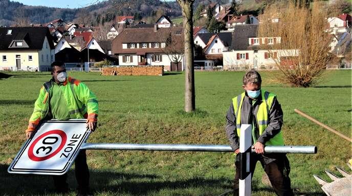 Seit rund einer Woche gilt im Ortskern von Berghaupten eine reduzierte Geschwindigkeit. Damals stellten Bauhofleiter Hubert Bruder und Thomas Schnaitter (von links) die Schilder auf.