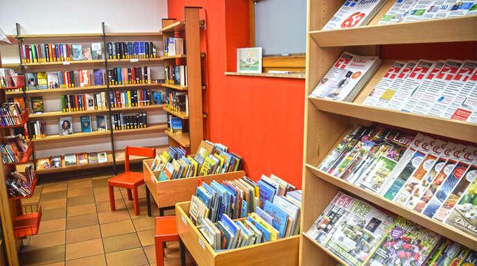 In neuen Regalen können die Zeitschriften und Bücher übersichtlich präsentiert werden.