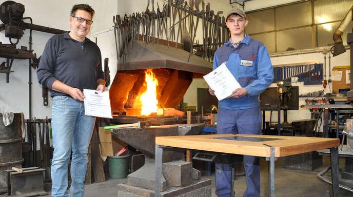 Chef Georg Schmieder mit seinem Jung-Gesellen Pascal Sachse an dessen Arbeitsplatz. Im Vordergrund der ausgezeichnete Schachtisch.