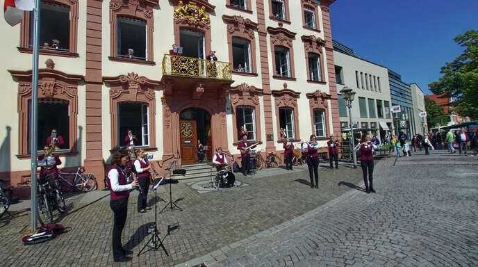 Mitte Mai spielten die Musiker der Stadtkapelle ein kleines Konzert vor dem Rathaus und erfreuten damit die Innenstadtbesucher.