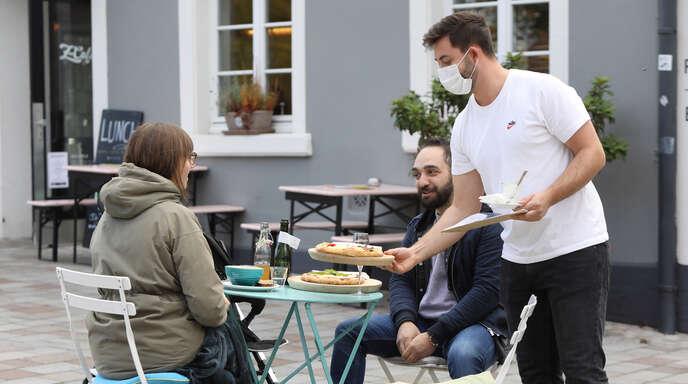 Noch ist es nicht so weit, dass Gastronomiebetriebe wieder öffnen dürfen. Einige befragte Gastwirte gehen bereits jetzt auf zusätzliche Personalsuche, damit sie beim Start gut aufgestellt sind.