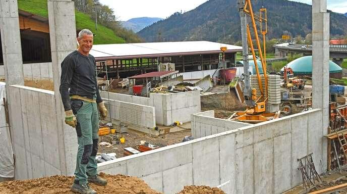 Bernhard Kohmann vor seiner neuen Baustelle: Eine weitere Heuhalle ermöglicht die dauerhafte Umstellung des Unteren Hofs in der Frohnau auf Bio-Heumilch.