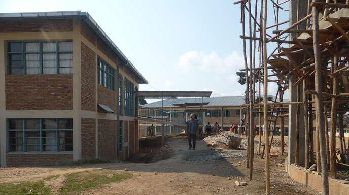 Das Foto zeigt Fertiges wie Unfertiges am Krankenhaus in Kayanza. Gebaut wird mit einfachsten Mitteln, jede Hilfe ist willkommen.