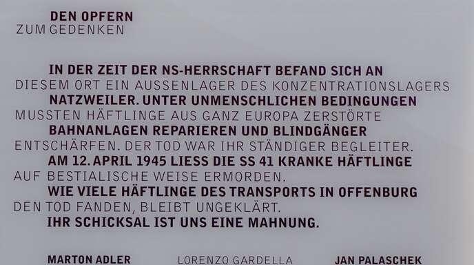 Die Gedenktafel für die Opfer am Schulgebäude der Erich-Kästner-Realschule.