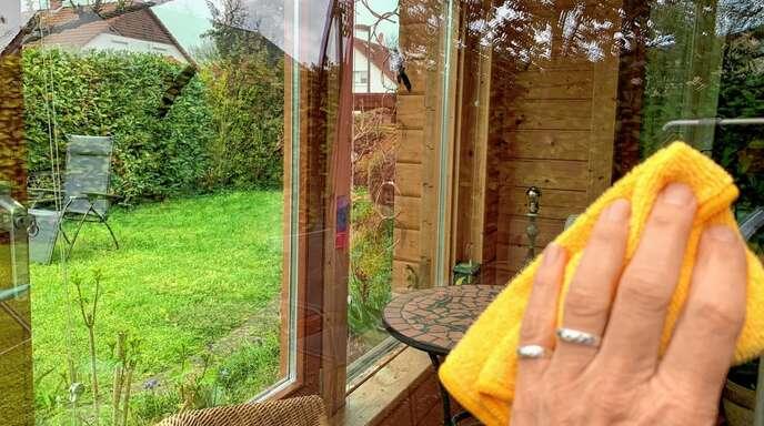 Die Arbeit lohnt sich. Sind die Fenster vom Winterschmutz wieder befreit, kann die Frühlingssonne ungestört in die Wohnung scheinen.