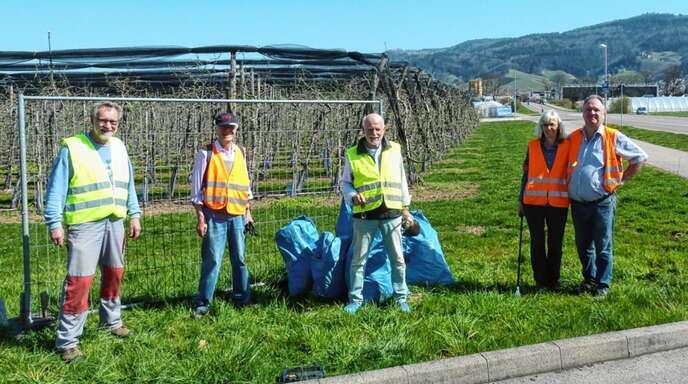 Mitglieder des BUND Renchtal sammelten entlang der B 28 Müll ein.