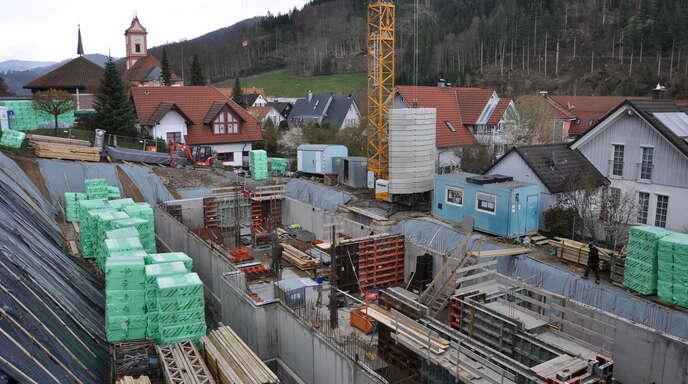 Vor einigen Monaten befand sich an dieser Stelle in der Friedensstraße noch eine Wiese, jetzt wird dort kräftig gebaut. Vom Balkon des Pflegeheims St. Luitgard kann man gut beobachten, wie es mit dem Neubau der Einrichtung voran geht.