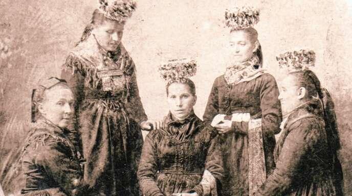 Das Foto zeigt die junge Elisabeth Harter (Mitte) im Kreis ihrer Schwestern, aufgenommen 1893. Ihre Patentante Magdalena Schmider hatte ihr das Leben gerettet.
