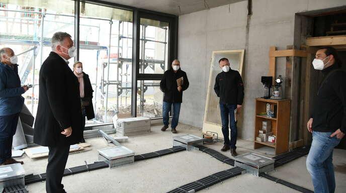 Beginn der Führung mit Architekt Benjamin Schmider (rechts) im künftigen Büro der Zweigstellenleiterin Kathrin Krichel (Dritte von links). Von links Walter Glunk, Wolfgang Hermann, Peter Stöhr und Hartmut Märtin.