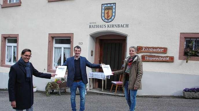 Bürgermeister Thomas Geppert (Mitte) unterzeichnete am Dienstag mit der Vorsitzenden Sandra Fleig und ihrem Stellvertreter Hardy Happle die Nutzungsvereinbarung, mit der der Förderverein Altes Rathaus Kirnbach vorerst für die nächsten 15 Jahre die Hausherrschaft übernimmt.