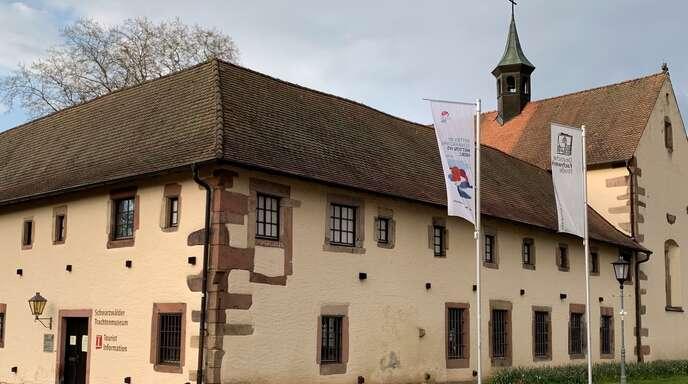 Die Fahnen wehen zwar vor der Haslacher Tourist Info im Alten Kapuzinerkloster, aber Touristen fehlen coronabedingt.
