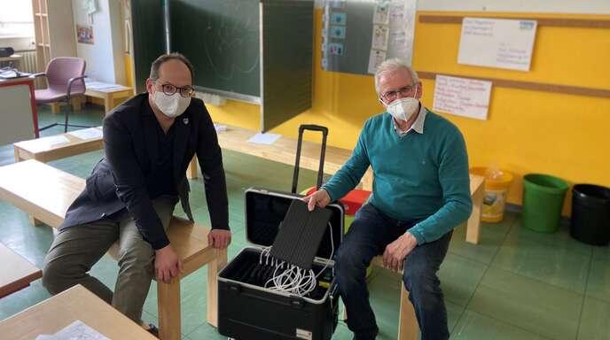 Die Gemeinde Hofstetten hat mit Förderung des Landes Baden-Württemberg Tablets für die Franz-Josef-Krämer-Grundschule angeschafft. links Bürgermeister Martin Aßmuth, rechtsSchulleiter Rainer Allgaier