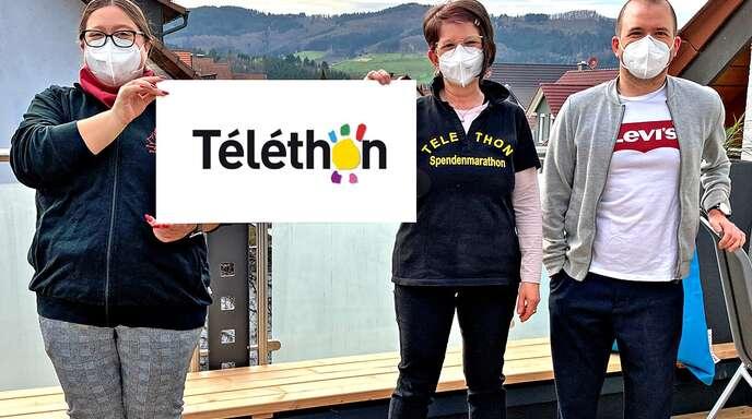 Spende für Telethon und damit zugunsten von Muskelschwund-Erkrankten (von links): Sarah Armbruster, zweite Vorsitzende der Kreuzbühler Felsenhexen, Sabine Leopold und Patrick Leopold von Telethon.