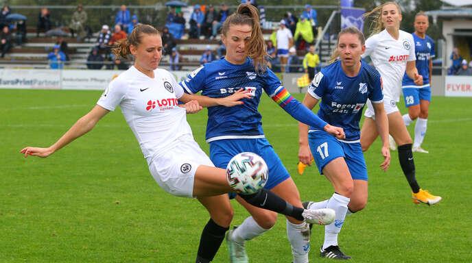Kapitänin Michaela Brandenburg (Mitte) und Emily Evels (r.) haben gute Erinnerungen an das Hinspiel gegen Eintracht Frankfurt, das der SC Sand mit 3:2 gewinnen konnte.