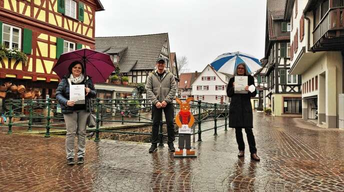 Andrea Zoller (links) und Margit Sutter-Maise (rechts) gewannen bei der Osterhasenjagd des Stadtmarketingvereins Oberkirch. Vorsitzender Frank Hellstern gratulierte.