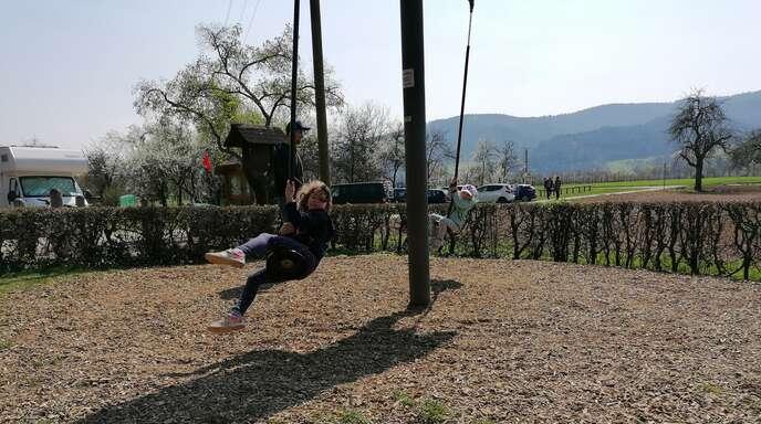 Das Karussell ist für die sechsjährige Leni der absolute Renner auf dem Bollenbacher Spielplatz.
