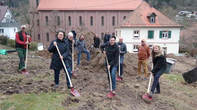 Roland Götz (mit Schaufeln, von links), Ursula Buzzi, Detlev Dirker, Markus Luy, Reiner Glocker und Heidrun Muffler legten am Freitag symbolisch selbst Hand an zum Bau des neuen evangelischen Gemeindehauses Schiltach.
